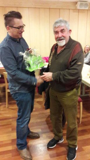 Oberleutnant Thilo Angermann gratuliert Lutz-Hannes Neumann
