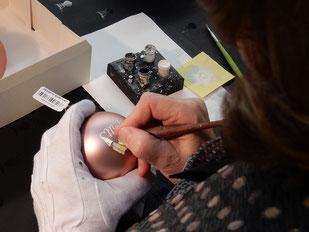 Ein sehr seltener Anblick: Kalligraphin beschriftet Weihnachtkugeln