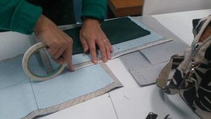 ビニールクロスは待ち針やしつけ糸ではなく、しつけテープを使って、「しつけ」をしていきます。