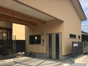 事務所駐車場と玄関入口