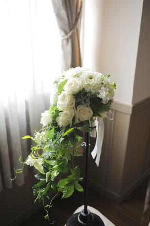 白系のお花とたくさんのグリーンを使ってナチュラルに