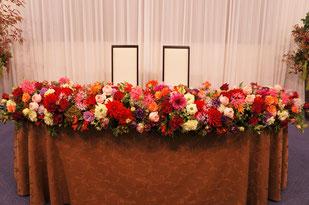 結婚式 ウェディング メインテーブル 高砂 様々なお花を使って秋のイメージ