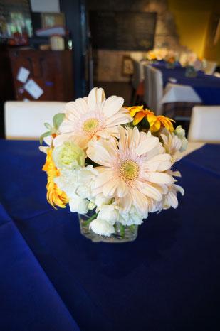 結婚式 ウェディング ゲストテーブル ガーベラを使ってかわいらしく爽やかに
