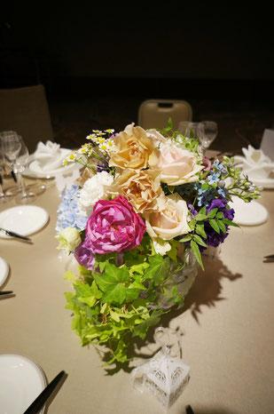 結婚式 ウェディング ゲストテーブル ベージュ・ピンクに落ち着いた色合いのパープルを足して