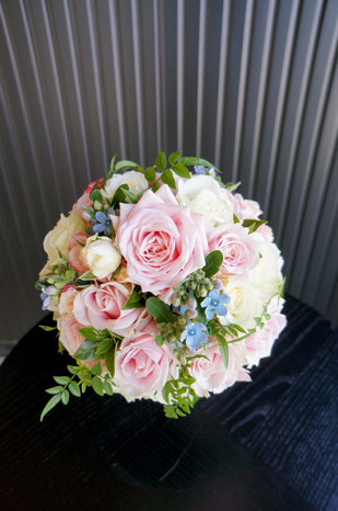 優しいピンクのバラに水色のお花やグリーンを入れてフレッシュに
