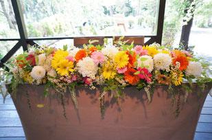 結婚式 ウェディング メインテーブル 高砂 ガーベラを使ってポップに