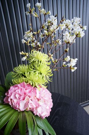 桜の枝にマムやアジサイを合わせてダイナミックな和ブーケ