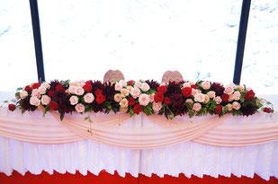 結婚式 ウェディング メインテーブル 高砂 ピンクのバラと赤系のダリアで可愛いけど大人の雰囲気
