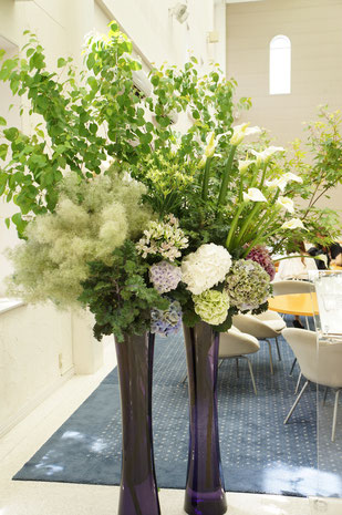 結婚式 ウェルカムフラワー 白い色をメインにカラーやアジサイ・スモークツリーなどを使って