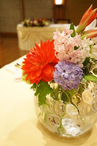 春のお花のヒヤシンスで会場内が爽やかな香りに包まれます結婚式 ウェディング ゲストテーブル