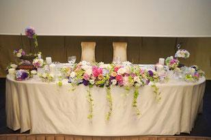 結婚式 ウェディング メインテーブル 高砂お花とキャンドルやお二人をイメージする小物を合わせて
