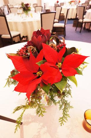 結婚式 ウェディング ゲストテーブル クリスマスの季節感を取り入れポインセチアを使って