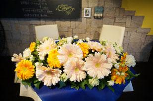 結婚式 ウェディング メインテーブル 高砂ガーベラのお花が素敵なレストランウェディング