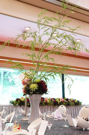 結婚式 ウェディング ゲストテーブル ダリアと高さのある竹で和風に