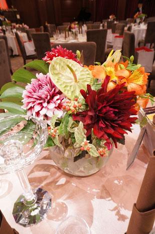結婚式 ウェディング ゲストテーブル アンスリウムやモンステラの葉で南国風に