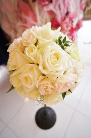 白バラと淡いピンクバラにさりげなくグリーンを入れたラウンドブーケ