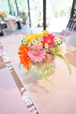 結婚式 ウェディング ゲストテーブル ビタミンカラーでポップで可愛らしく