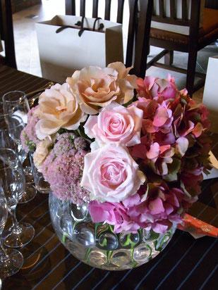 結婚式 ウェディング ゲストテーブル 抑えめなカラーで甘すぎず大人な雰囲気に
