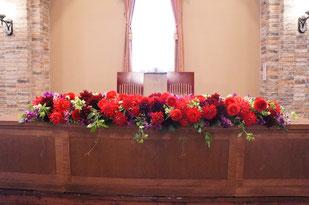 結婚式 ウェディング メインテーブル 高砂 赤い色と紫色の組み合わせはゴージャス