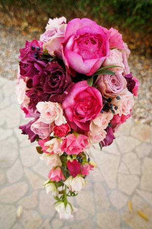 ピンク系のグラデーションに紫色の挿し色の入ったローズブーケ