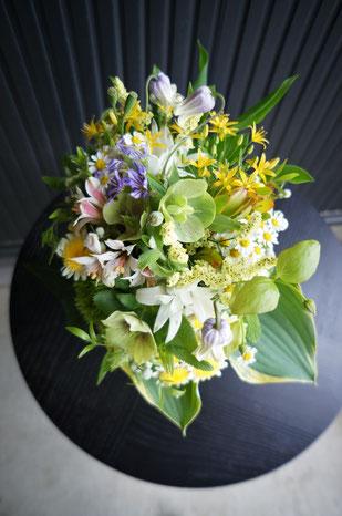 小さな花をたくさん束ねたナチュラルなクラッチブーケ