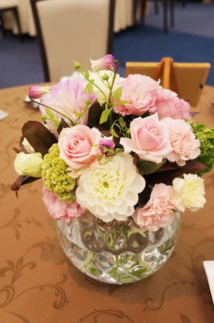 結婚式 ウェディング ゲストテーブル ピンクのバラでふんわりとしたイメージに