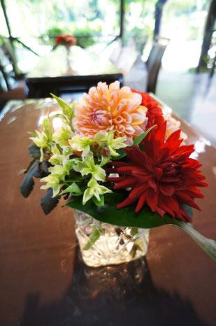 結婚式 ウェディング ゲストテーブル ハッキリとした色使いで爽やかに