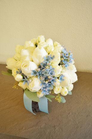 白いバラにブルースターのアクセントを入れたクラッチブーケ