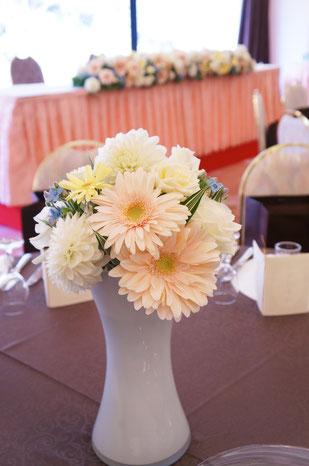 結婚式 ウェディング ゲストテーブル ピンクのガーベラで優しい雰囲気に