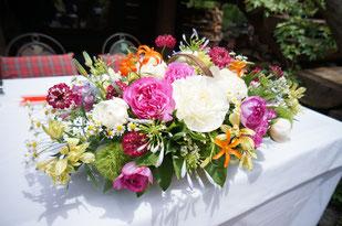 結婚式 ウェディング メインテーブル 高砂ガーデンでの結婚式はナチュラルなお花が素敵 バスケットにアレンジして