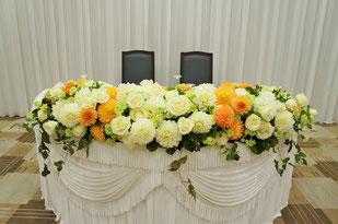 結婚式 ウェディング メインテーブル 高砂 白いバラとダリアで豪華に