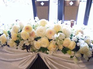 結婚式 ウェディング メインテーブル 高砂 ラナンキュラスやスイートピー春のお花を使って