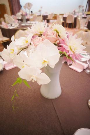 結婚式 ウェディング ゲストテーブル 胡蝶蘭を入れると可愛らしい色合いも上品さがプラス