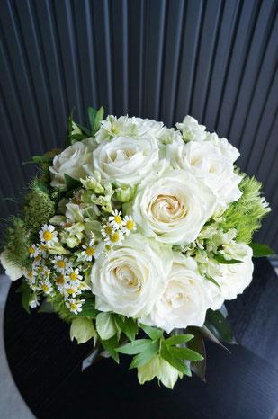 白バラとナチュラルな花材で束ねたクラッチブーケ
