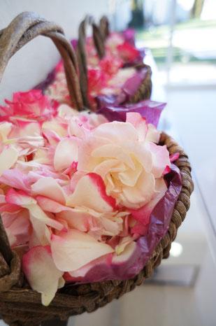結婚式 ウェディング ゲスト フラワーシャワーには花の香りで辺りを清め災難から二人を守るという意味があります