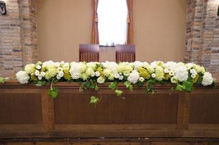結婚式 ウェディング メインテーブル 高砂白・グリーンの色合いは上品で爽やか
