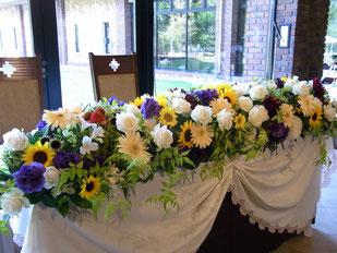 ヒマワリやトルコキキョウなどを使って夏のスタイル結婚式 ウェディング メインテーブル 高砂