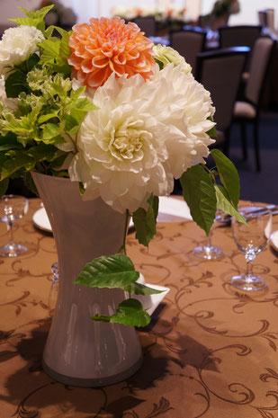 結婚式 ウェディング ゲストテーブル 白とグリーンに挿し色のオレンジが映えます