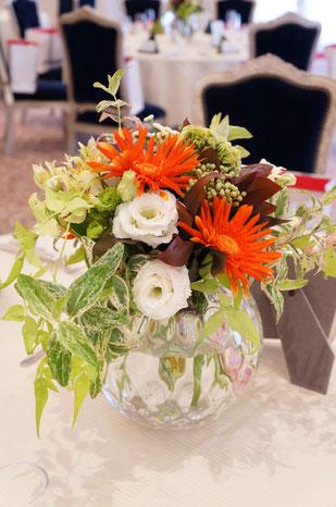 結婚式 ウェディング ゲストテーブル 優しいグリーンに鮮やかなオレンジが映えます