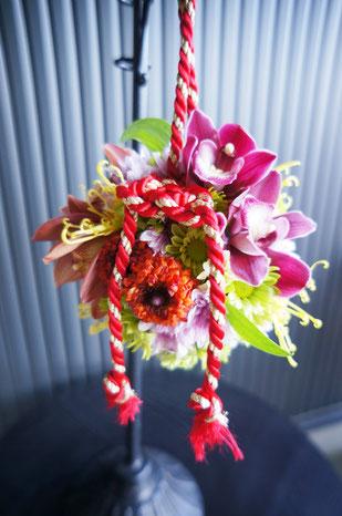 シンビジウムとマムをメイン花材に使った手毬ブーケ 歩く姿がさらに清楚に