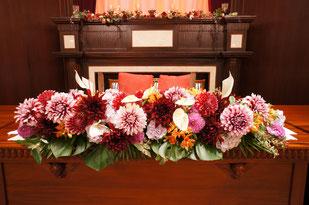 結婚式 ウェディング メインテーブル 高砂 特徴的なグリーンやお花で南国風に