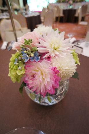 結婚式 ウェディング ゲストテーブル ピンクのダリアで可愛く華やかに
