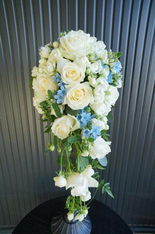 白い大小のバラと流れる蔓にサムシングブルー