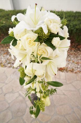 白バラとユリの正統派キャスケードブーケ