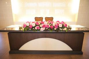 結婚式 ウェディング メインテーブル 高砂濃いピンクのイングリッシュローズに淡い色合いを足して