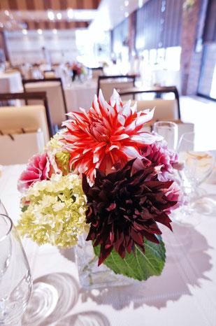 結婚式 ウェディング ゲストテーブル ダリアをふんだんに使ってゴージャスに