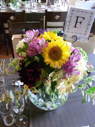結婚式 ウェディング ゲストテーブル 落ち着いたパープルにひまわりのコントラスト