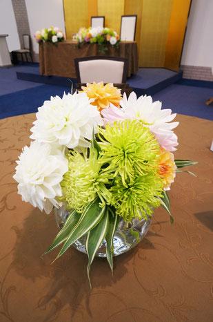 結婚式 ウェディング ゲストテーブル グリーンの菊とダリアで洗練された雰囲気