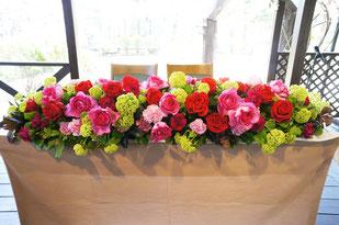 結婚式 ウェディング メインテーブル 高砂 バラをいっぱい使って華やかに