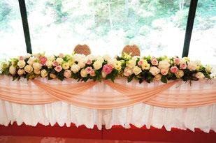 結婚式 ウェディング メインテーブル 高砂 淡い色合いのシャクヤク・バラ・トルコキキョウで柔らかいイメージ
